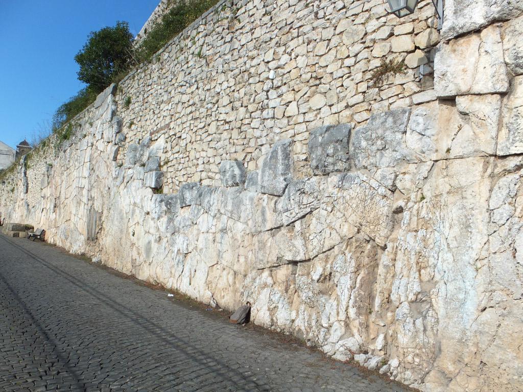 Costruzioni megalitiche sottostanti ad architetture for Greca adesiva per muro